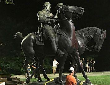 Styttur af suðurrríkjahershöfðingjunum Robert E. Lee og Thomas Jackson fjarlægðar úr almenningsgarði í Baltimore í ...