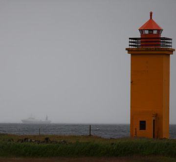 Togari í vari við Stafnes á Reykjanesi í kvöld.