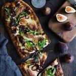 Grilluð pizza með fíkjum, gráðosti og sultuðum lauk