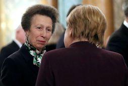 Anna prinsess á tali við Angelu Merkel, kanslara Þýskalands, í Buckinghamhöll í gærkvöldi.
