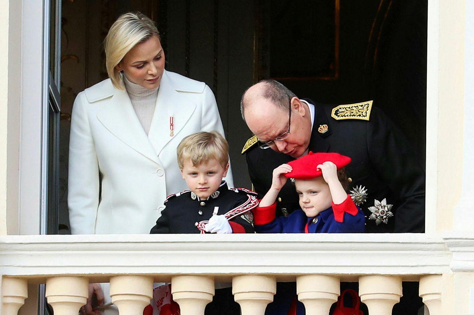 Foreldrarnir Charlene og Albert II Mónakófursti ásamt tvíburunum Jacques og …
