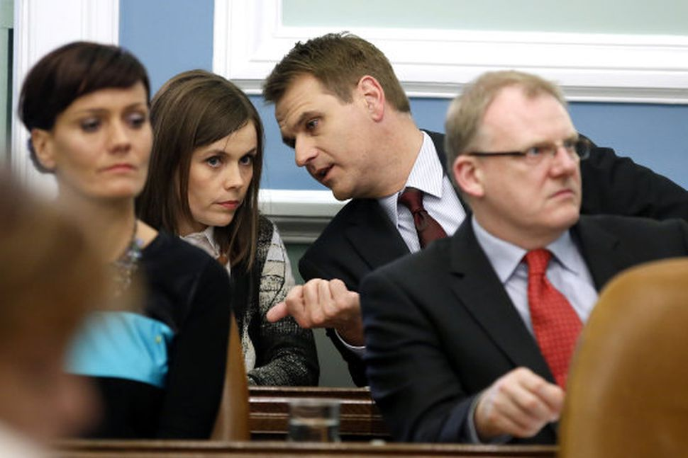 Katrín jakobsdóttir og Árni Páll Árnason stinga saman nefjum á ...
