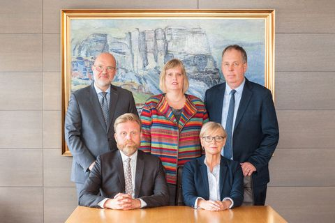 The monetary policy committee of the Central Bank of Iceland. Seated are Central Bank Governor Ásgeir Jónsson and Rannveig Sigurðardóttir. Standing behind them, from left, are Þórarinn G. Pétursson, Katrín Ólafsdóttir and Gylfi Zoëga.