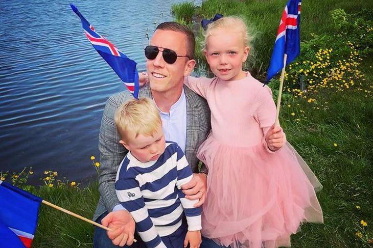 Hannes Þór Halldórsson með börnin sín tvö. Eins og sést ...
