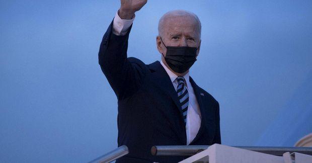Joe Biden á leið í forsetaflugvélina í gær á leið til Bretlands.