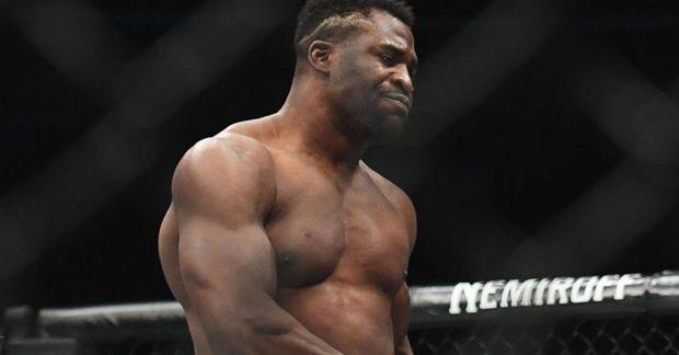 Francis Ngannou freistar þess að verða þungavigtarmeistari í UFC í nótt.