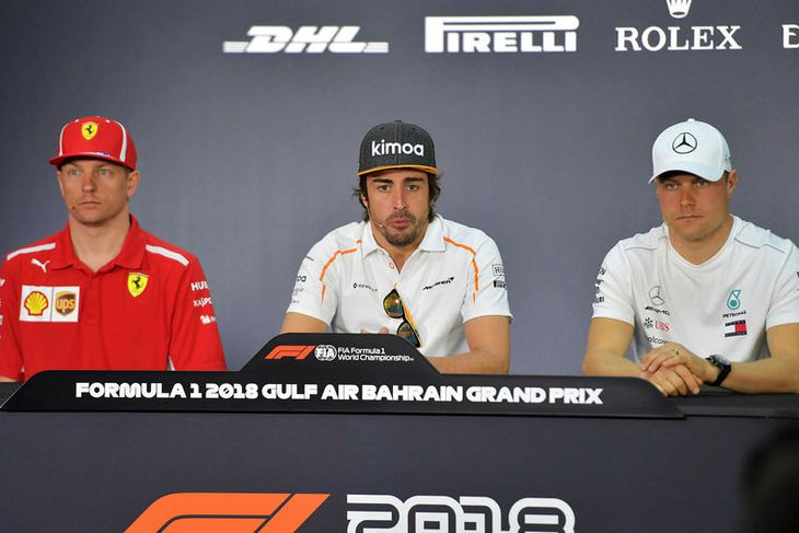Frá blaðamannafundi ökuþóra í Barein í dag. Í miðjunni er Fernando Alonso millil Finnanna Kimi ...