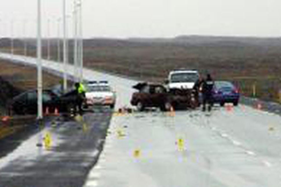 Frá slysstað á Reykjanesbraut í morgun.