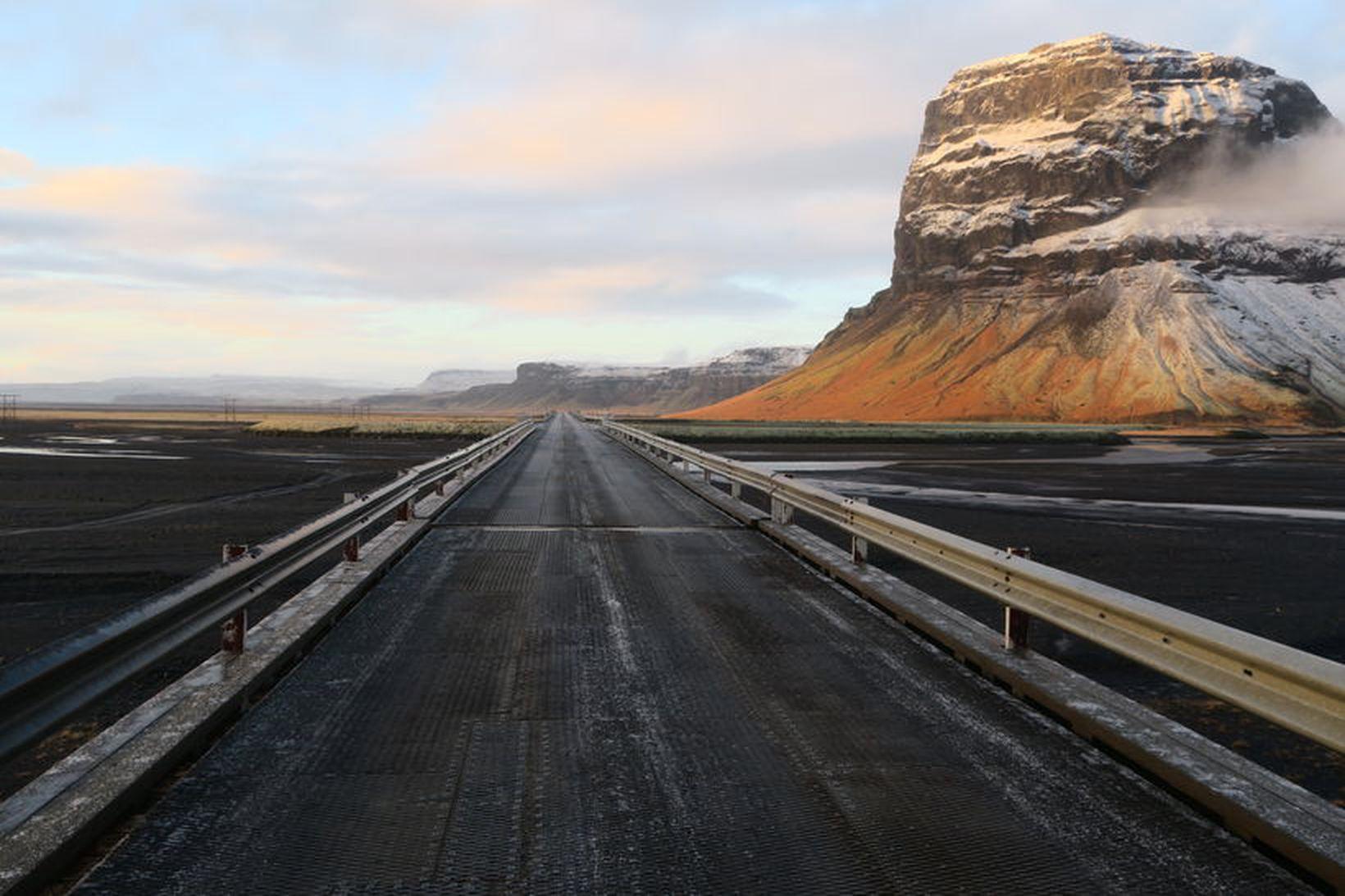 Brúin yfir Núpsvötn nú síðdegis.