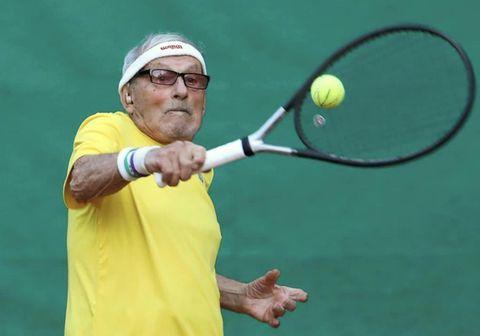Hinn 97 ára gamli Leonid Stanislavskyi er elsti tennis leikari í heimi og er hvergi nærri hættur.
