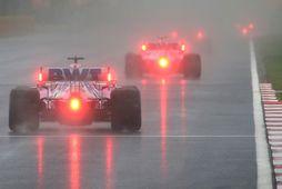 Ökumenn Racing Point á ferð í tímatökunni í Istanbúl. Sergio Perez fer hér á undan …