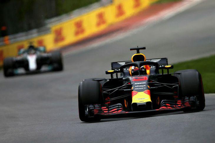 Daniel Ricciardo var lengi með Lewis Hamilton í kjölsoginu og tókst að verjast í fjórða ...