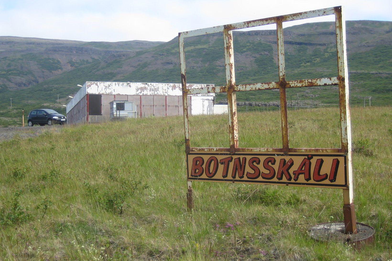 Botnsskála var lokað skömmu fyrir opnun Hvalfjarðarganga.