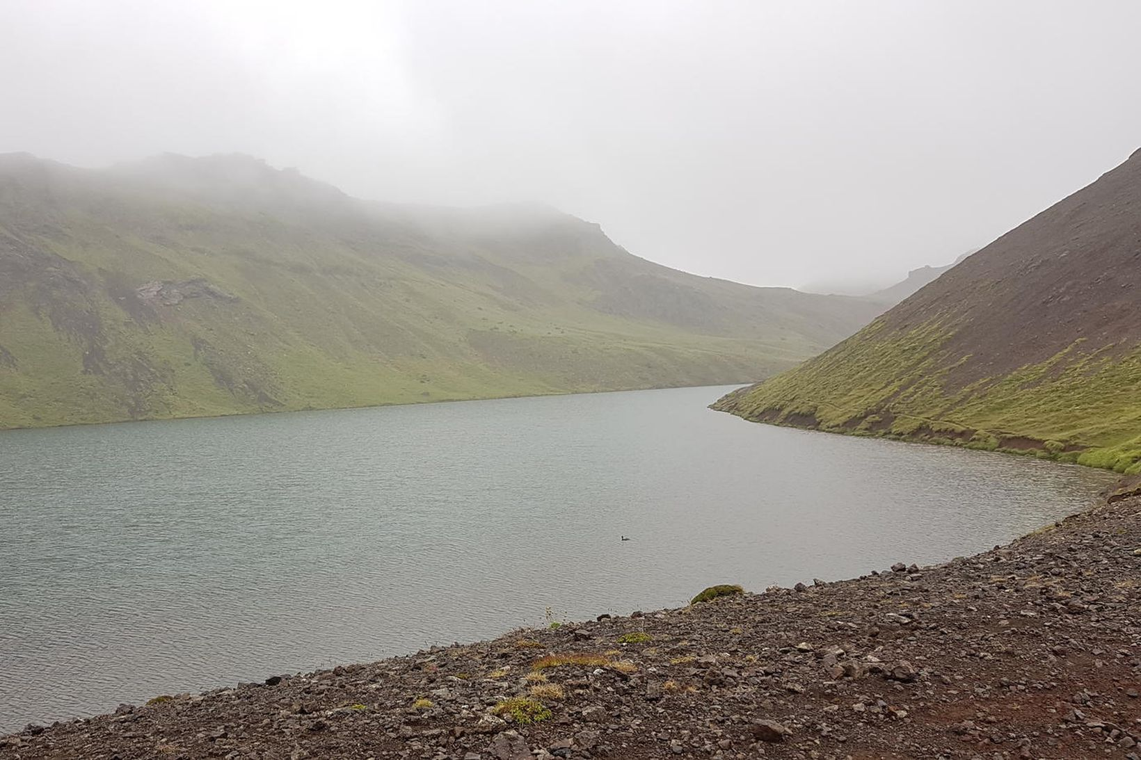 Djúpavatn við Vigdísarvallaveg. Vatnið er skammt vestan af Kleifarvatni og …