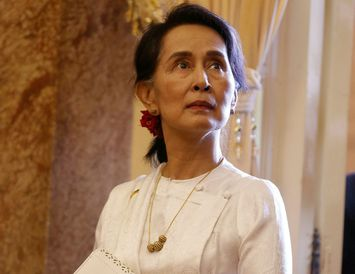 Aung San Suu Kyi er stödd í Víetnam vegna fundar World Economic Forum.