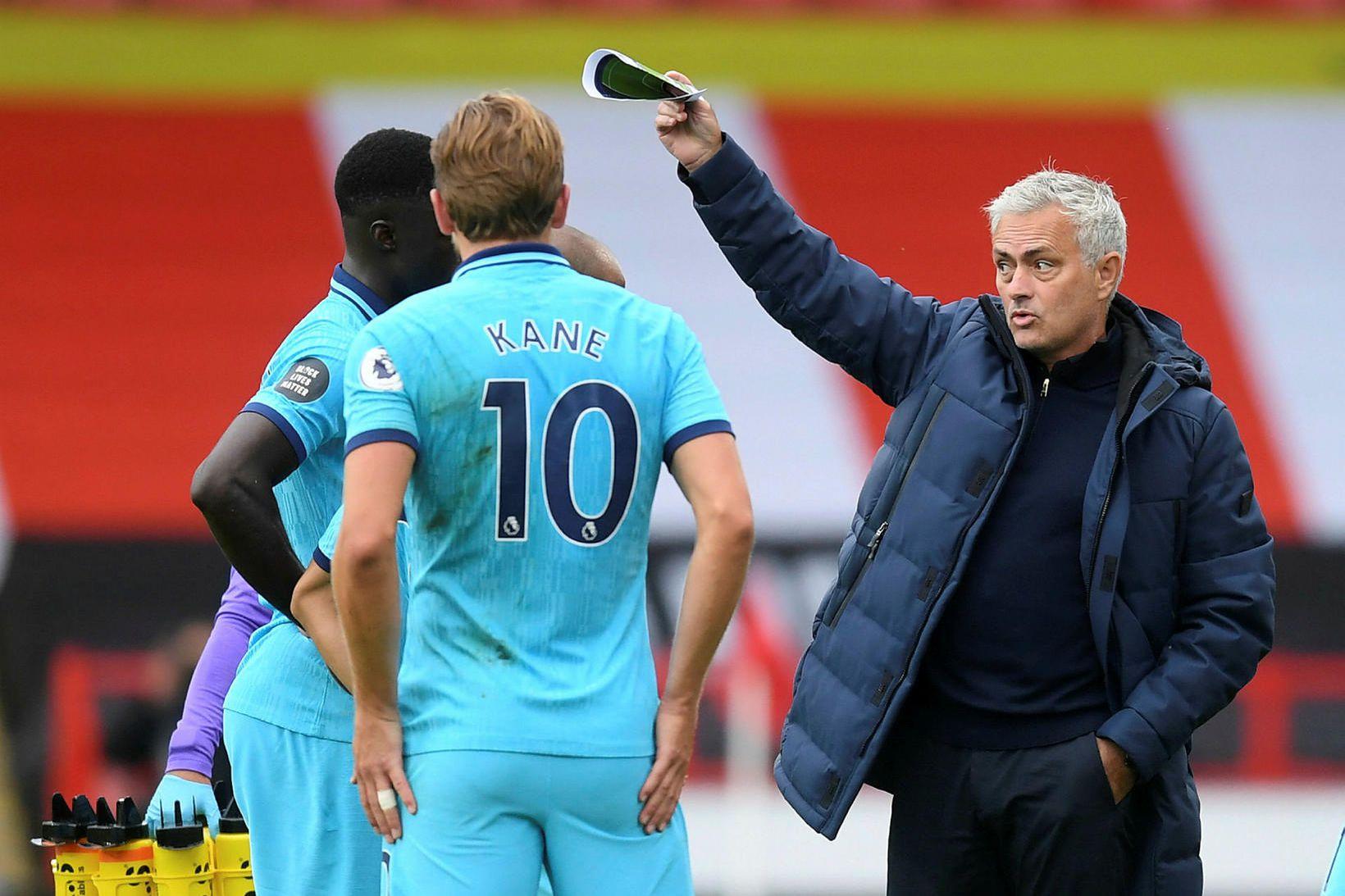 José Mourinho ræðir við leikmenn í Sheffield.