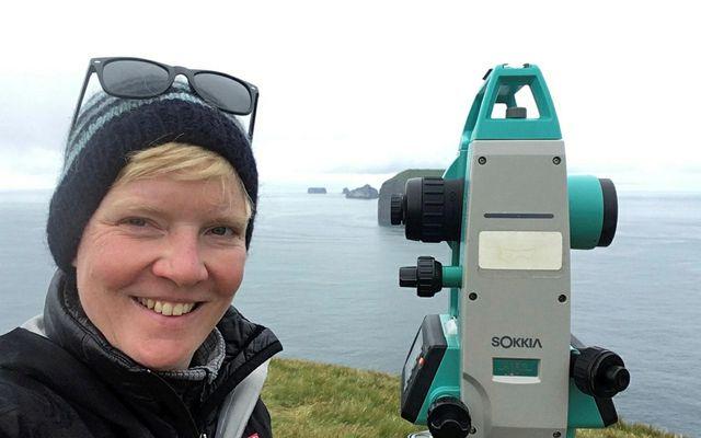 Anna Selbmann rannsakar hljóðmerki hvala við Stórhöfða.