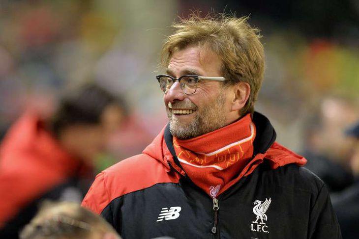 Jürgen Klopp, knattspyrnustjóri Liverpool, brosmildur á hliðarlínunni í kvöld.