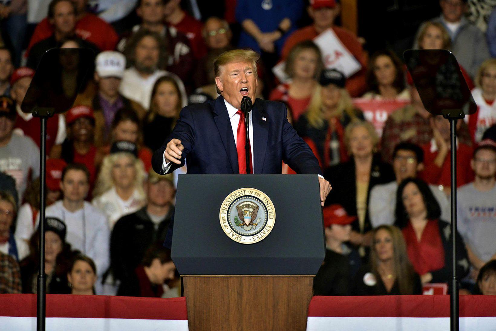 Donald Trump á kosningafundi í bænum Tupelo í Mississippiríki í …