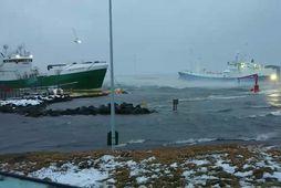 Sjór flæddi upp á hafnarbakkann í Grindavík í morgun.