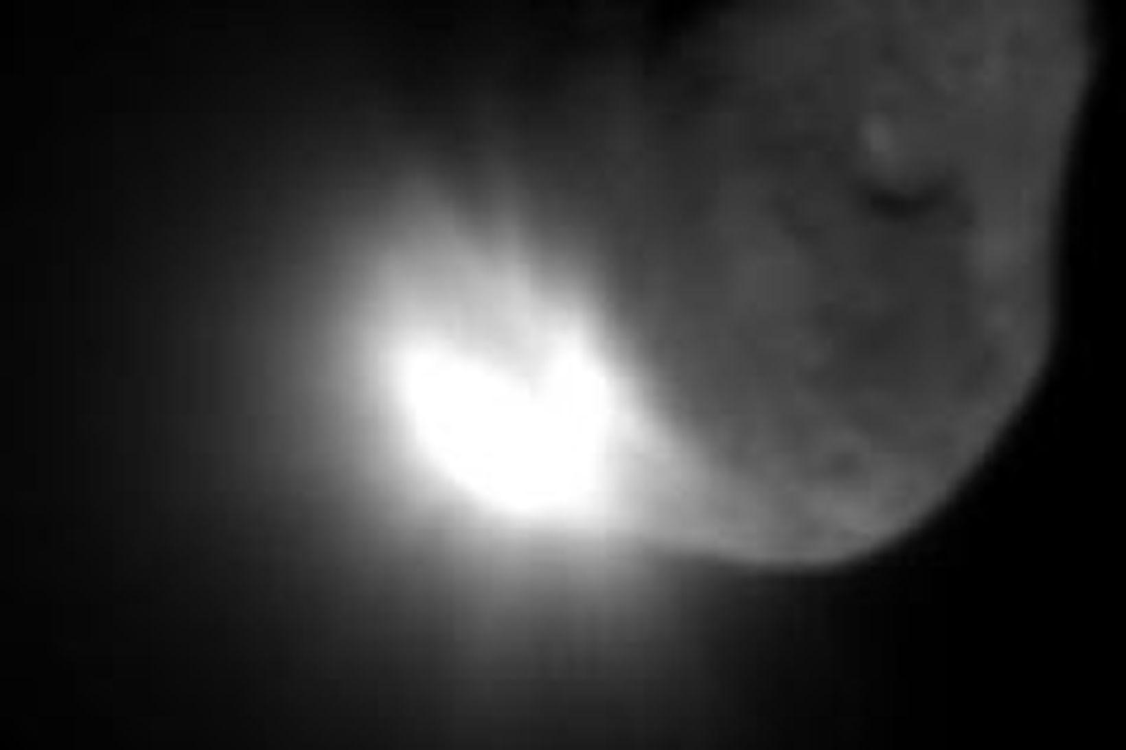 Mynd, sem Deep Impact sendi til jarðar í morgun og …