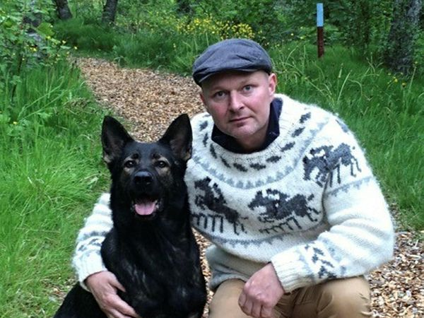Steinar Gunnarsson in the company of a dog. It is not clear whether the dog pictured is a money expert.