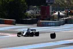 Hjólið sleit sig frá bíl Force India og hér gætir Sergej Sírotkín á Williams sig …