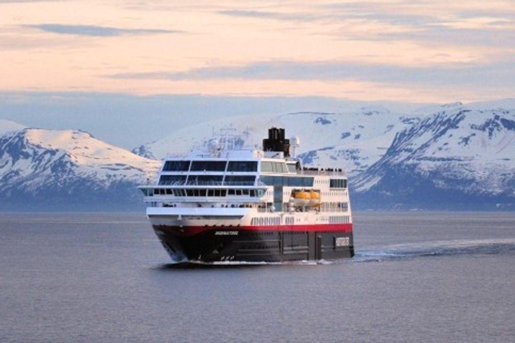 Eitt skipa Hurtigruten á siglingu. Alls hafa 36 úr áhöfn …