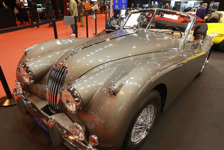 Jaguar XK 140 frá 1955 er meðal sýningargripa í París.