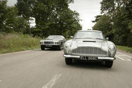 Hinir klassísku Aston Martin DB5 og DBS V8 verða á sýningunni í London.