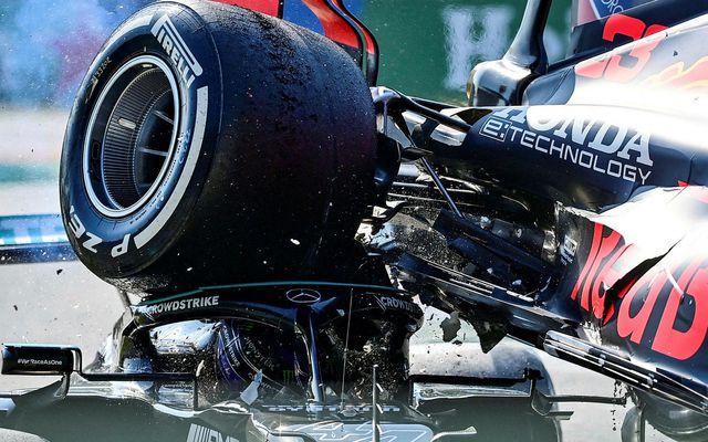 Bifreið Max Verstappens ofan á bifreið Lewis Hamiltons um helgina.