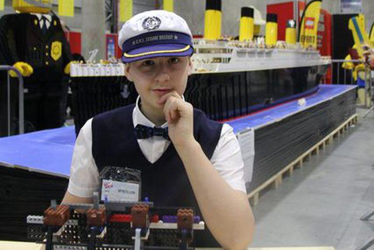 Brynjar Karl Birgisson við Titanic-líkan sitt á sýningu í Noregi ...