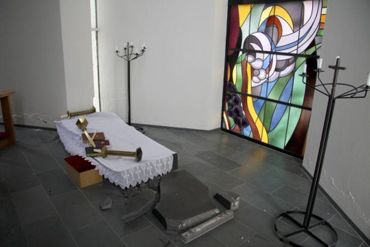 Altari Hveragerðiskirkju, sem er gríðarþungt, færðist úr stað.