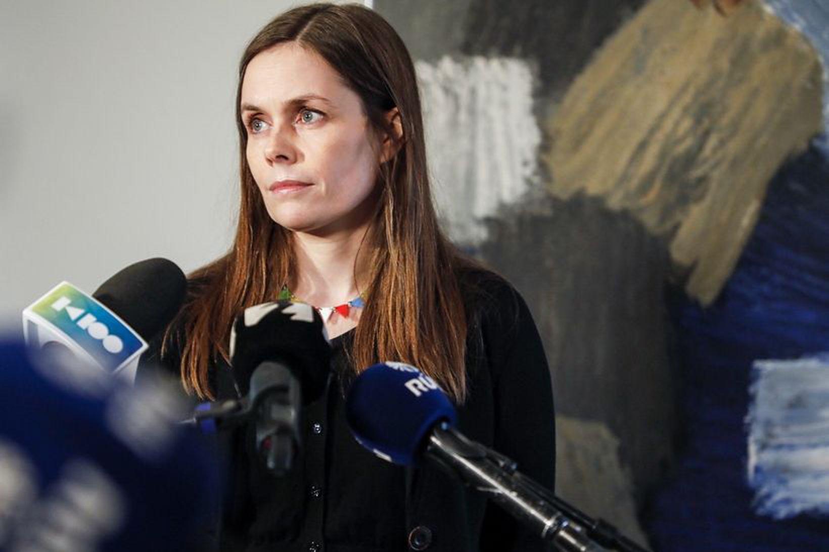 Katrín Jakobsdóttir ræðir við fjölmiðla eftir fundinn á Bessastöðum.