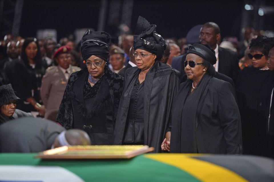 Fyrrum eiginkona Mandela, Winnie Mandela Madikizela til hægri og ekkja Mandela, Graca Machel er fyrir …