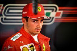 Íhugull Charles Leclerc í bílskúr Ferrari í Sotsjí.