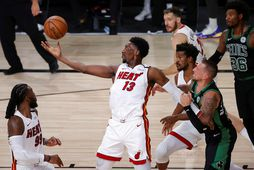 Bam Adebayo leikmaður Miami Heat teygir sig eftir boltanum í leiknum við Boston í nótt.
