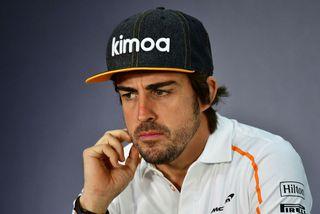 Fernando Alonso einbeittur á blaðamannafundi í Barein í dag.
