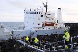 Um 100 tonnum af olíu hefur verið dælt úr sementsflutningaskipinu Fjordvik sem strandaði í Helguvík …