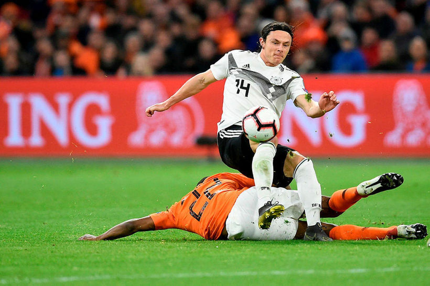 Nico Schulz í baráttunni í landsleik gegn Hollandi.