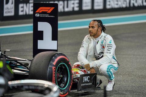 Lewis Hamilton fagnar ráspólnum í Abu Dhabi.