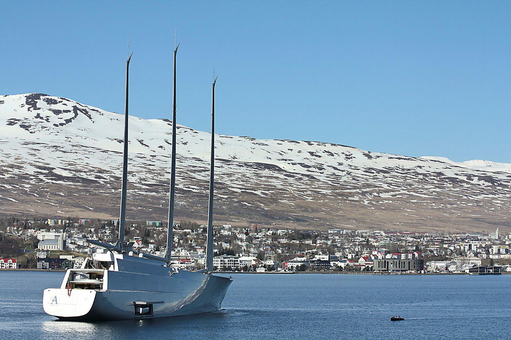 Seglsnekkjan A hefur undanfarið verið utan við Akureyri. Hún er …