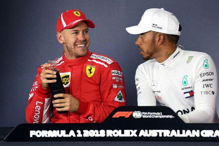 Lewis Hamilton (t.h.) og Sebastian Vettel voru fyndnir hvor á annars kostnað á blaðamannafundi að ...
