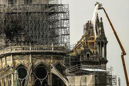 Dúkar settir yfir Notre Dame. Á myndinni má sjá vinnupallanna sem settir voru upp vegna …