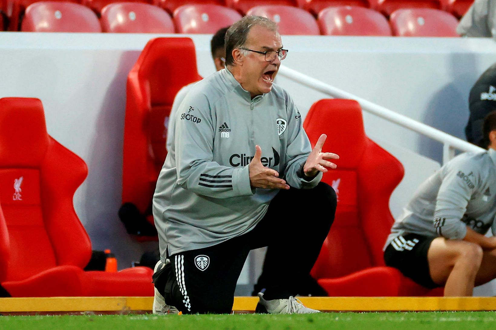 Marcelo Bielsa hvetur sína menn áfram á Hliðarlínunni á Anfield …