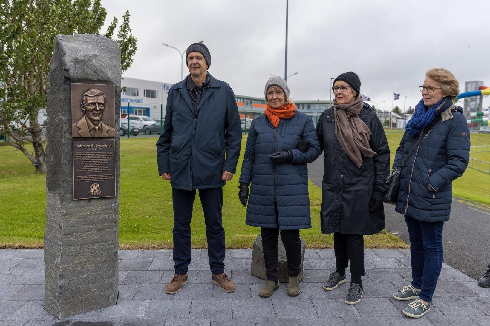 Börn Hafsteins Guðmundssonar við minnisvarðann á Keflavíkurvelli.