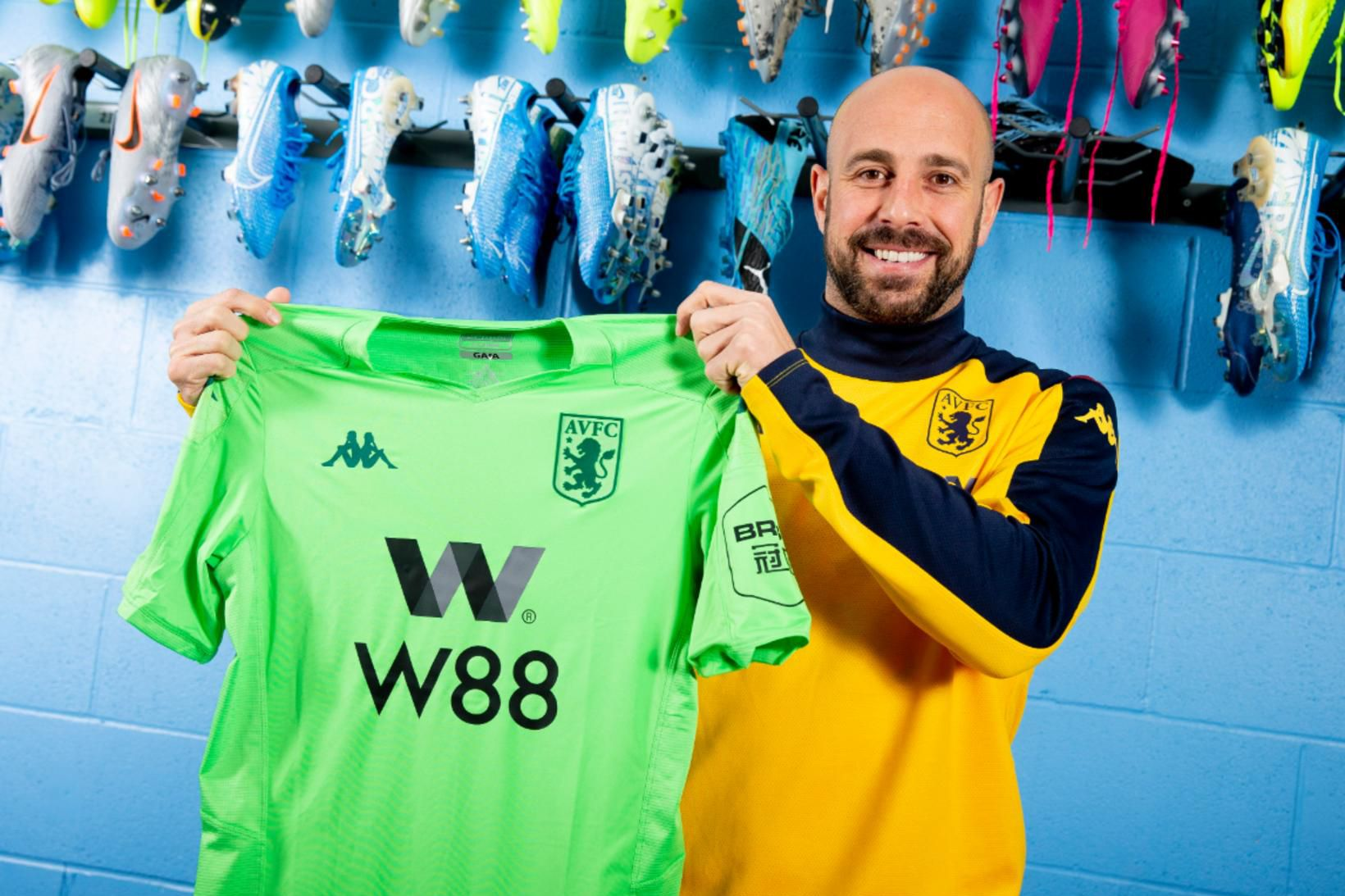 Pepe Reina er orðinn leikmaður Aston Villa.