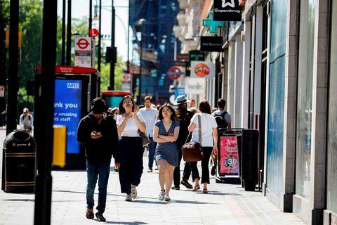 Fólk á ferðinni eftir Oxford-stræti í London í veðurblíðunni í gær.