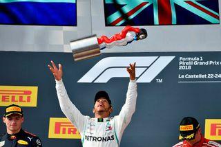 Lewis Hamilton fagnar sigrinum í Le Castellet. Til vinstri er Max Verstappen og til hægri ...