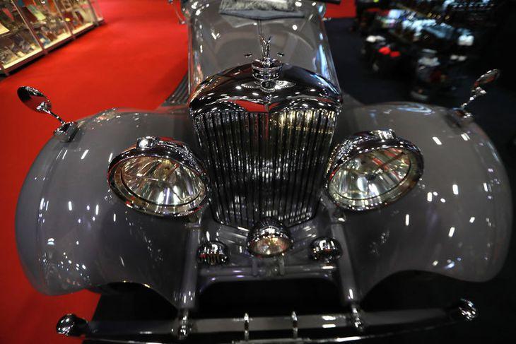 Gríðarlega magnað framgrill á fornum Bentley í París.